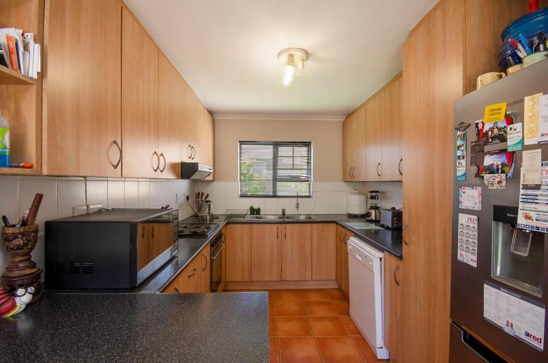 Townhouse For Rent in Uitzicht, Kraaifontein